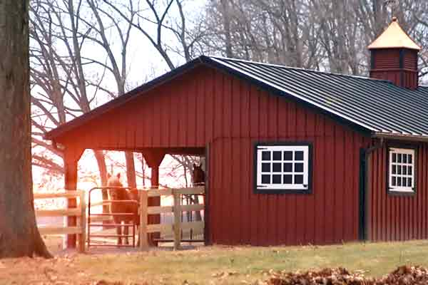 12ft overhang on a modular horse barn by Windy Hill Sheds and Barns